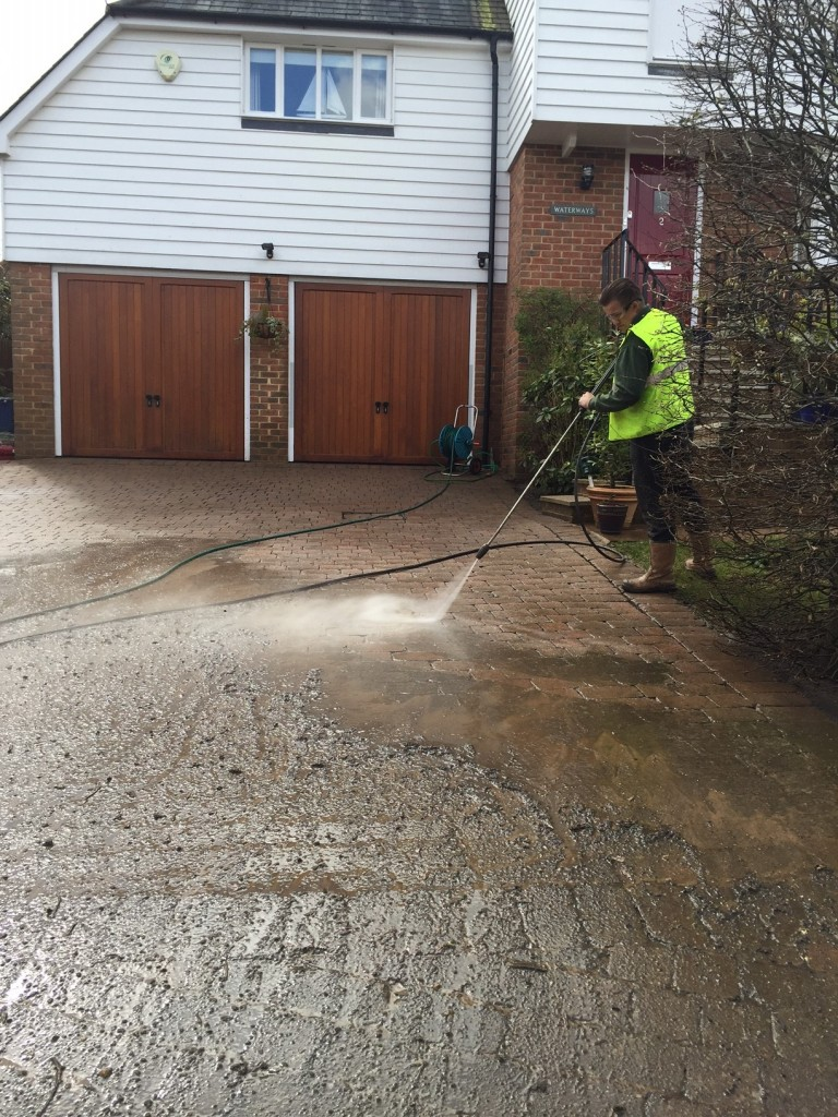 Pressure cleaning block paved driveway